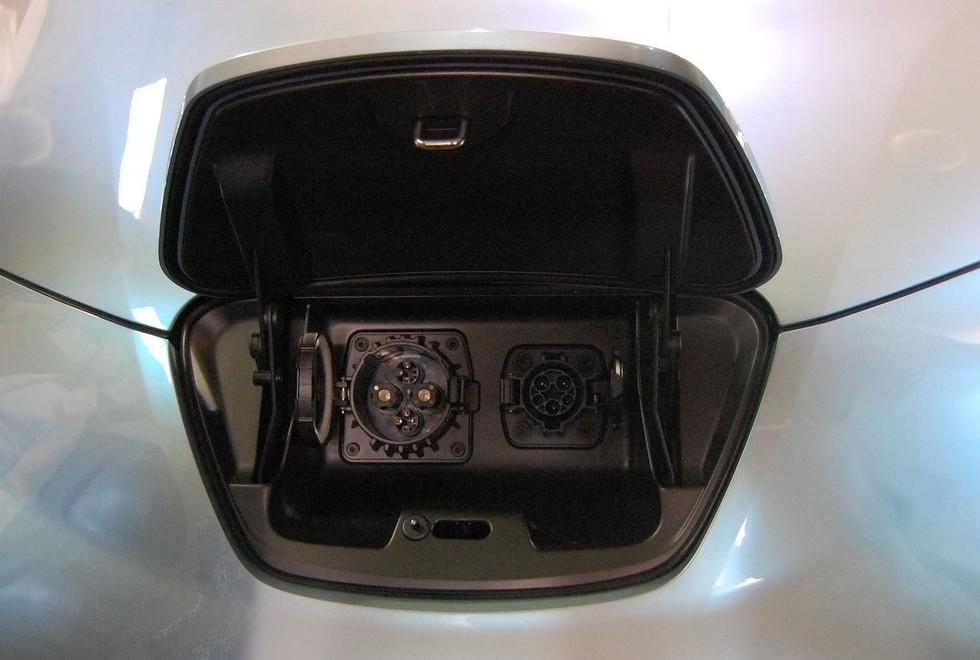 NissanLeaf_CarChargingPorts