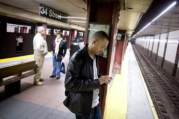 subwaysmartphoneOB-NP376_0421ny_E_20110421172259