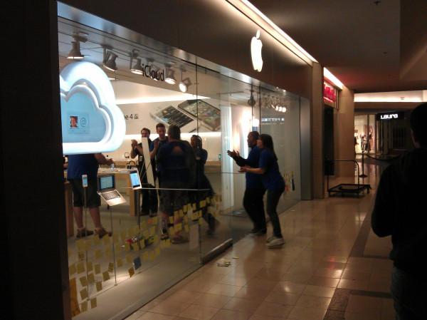 Apple Store opens in Toronto. Credit: Daniel Bader