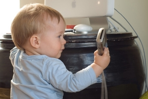 baby-with-phone