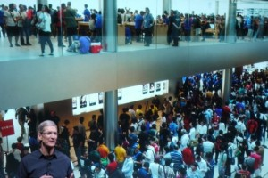 Apple Event 10/4 5 Tim Cook and Apple Store Crowd