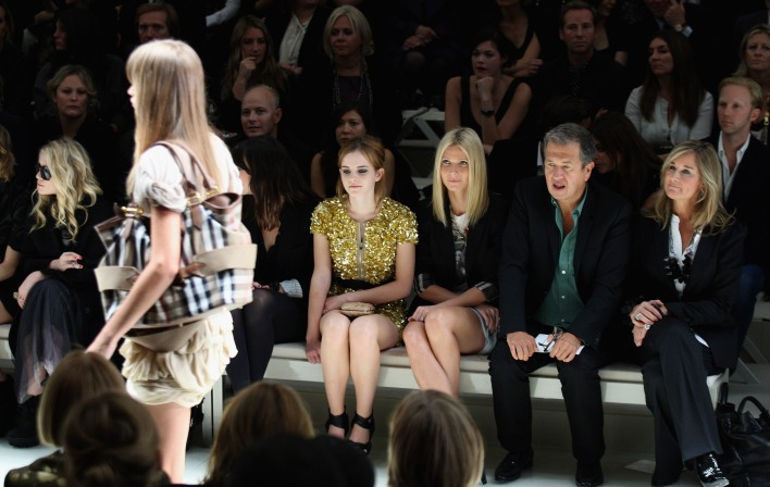 LONDON, ENGLAND - SEPTEMBER 22: (L-R) Emma Watson, Gwyneth Paltrow, Mario Testino and Angela Ahrendts watch the Burberry Prorsum Spring/Summer 2010 Show at Rootstein Hopkins Parade Ground during London Fashion Week on September 22, 2009 in London, England. (Photo by Chris Jackson/Getty Images)