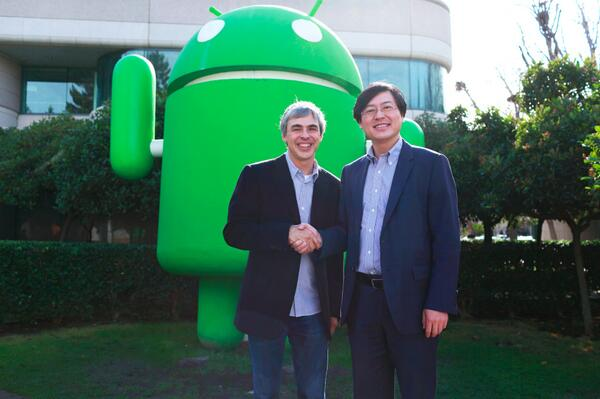 (L to R): Google CEO Larry Page, Lenovo CEO Yang Yuanqing shake hands on the $2.91 billion Motorola deal.