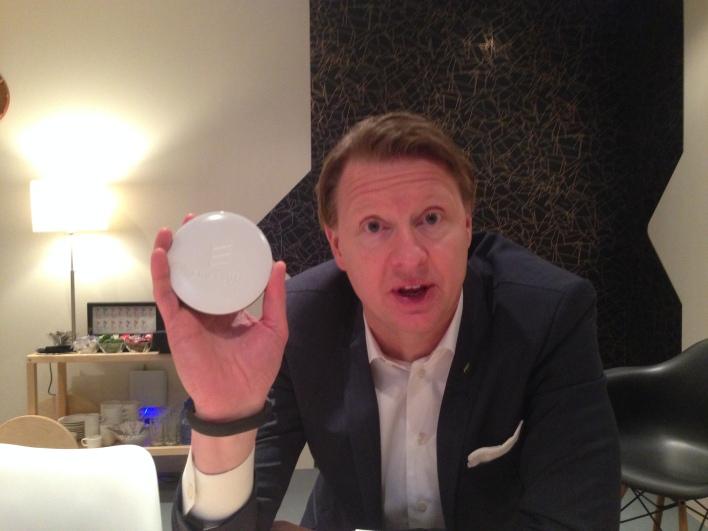 CEO Ericsson, Hans Vestberg sostiene más reciente de células pequeñas de su compañía, la Radio Dot (Foto por Kevin Fitchard)
