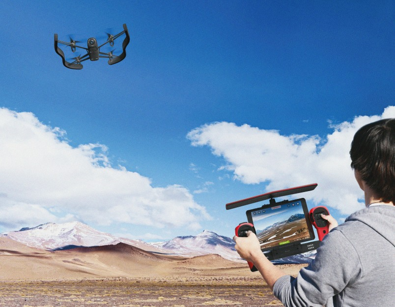 Parrot_BebopDrone_Skycontroller_Lifestyle