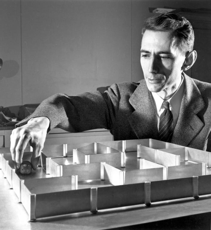 Claude Shannon, el padre de la teoría de la información, en los Laboratorios Bell en 1950. Shannon propuso que había un límite a la cantidad de información que pueda ser transmitida a través de un solo canal de comunicación.  Estamos golpeando ese límite hoy.  (Fuente: Alcatel-Lucent)