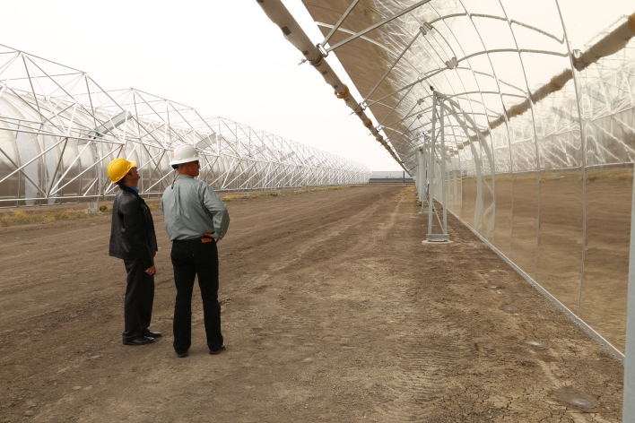 Enel VP Bill Price and colleague inspect one of the parabolic troughs installed at the Stillwater solar thermal plant. Image courtesy of Katie Fehrenbacher, Gigaom.