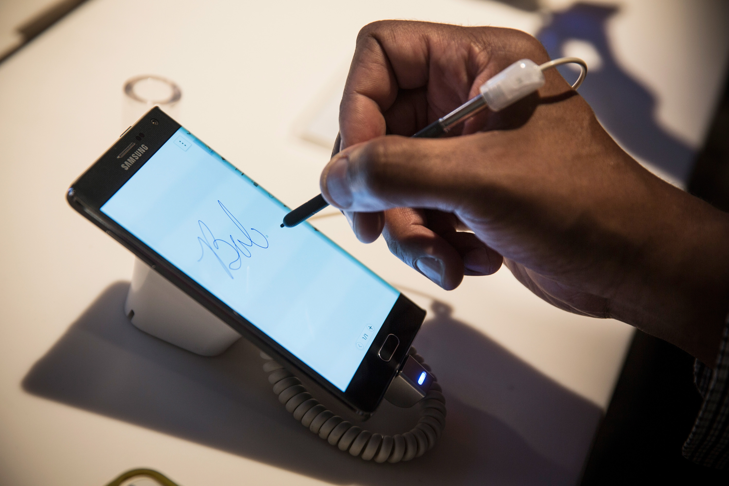 A man tries out the Samsung Galaxy Note Edge at a media launch event on September 3, 2014 in New York City. The Note Edge features a rounded 5.6-inch screen.  (Photo by Andrew Burton/Getty Images)