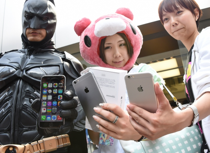 Costumed Apple fans in Japan show off their new iPhone 6s (Photo by Toru Yamanaka/AFP/Getty images)