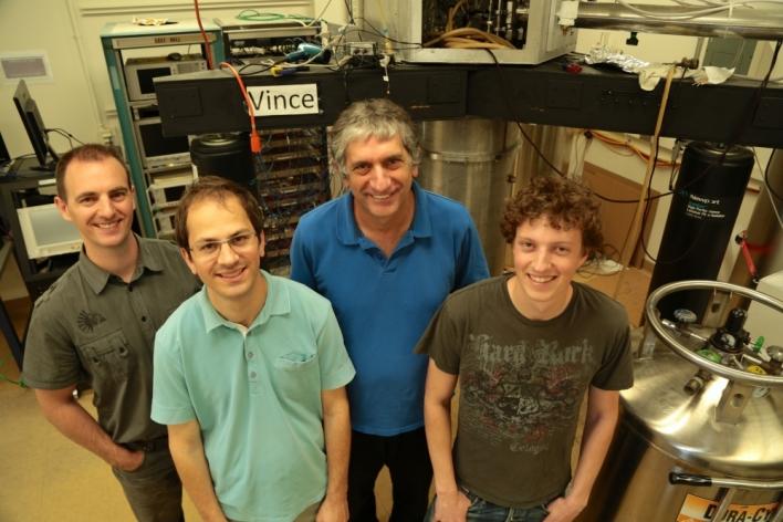Os pesquisadores UCSB, com Martinis segundo da direita.  Crédito: Spencer Bruttig / University of California, Santa Barbara