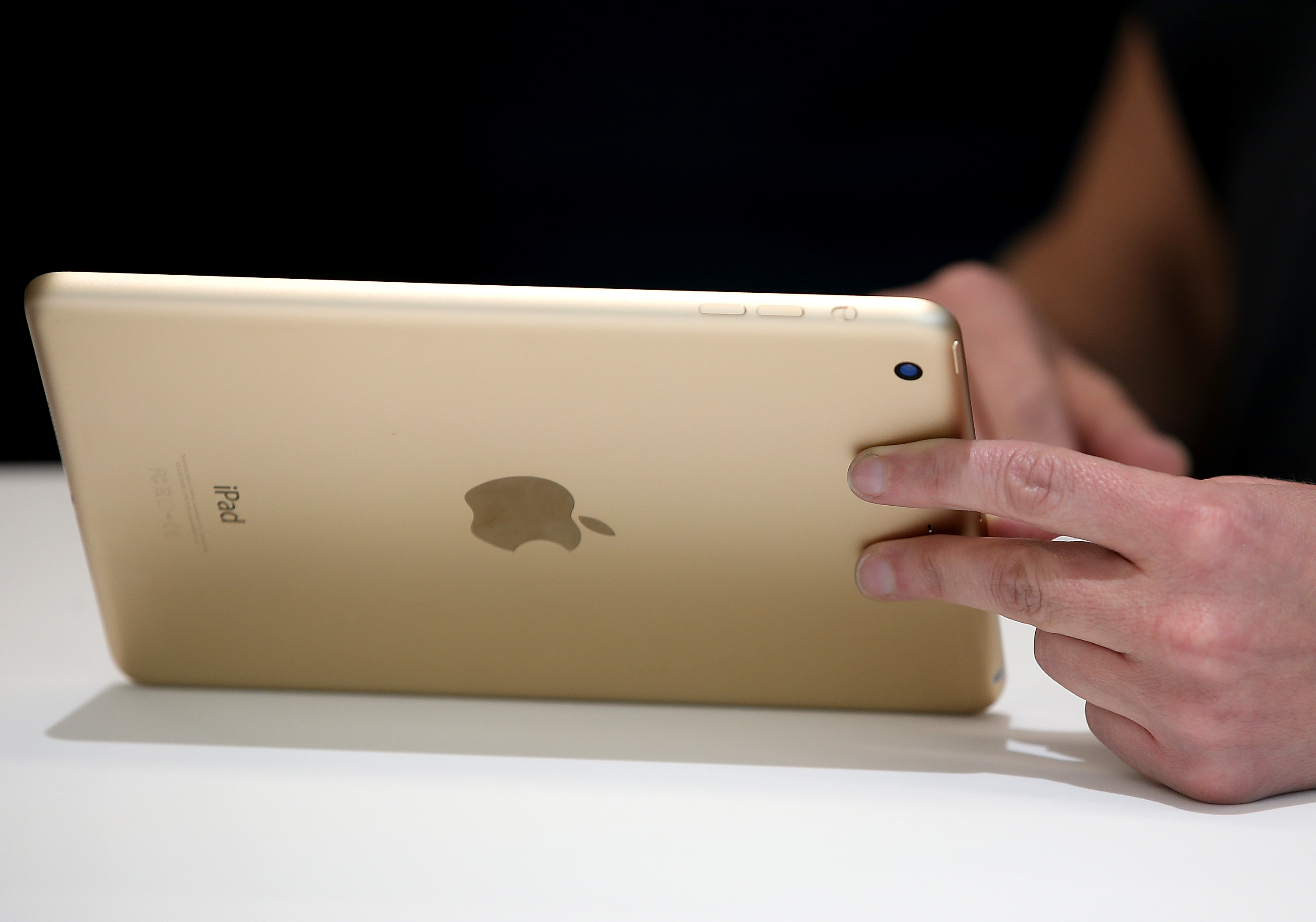 An attendee inspects the new iPad Mini 3 during an Apple special event on October 16, 2014 in Cupertino, California. (Photo by Justin Sullivan/Getty Images)