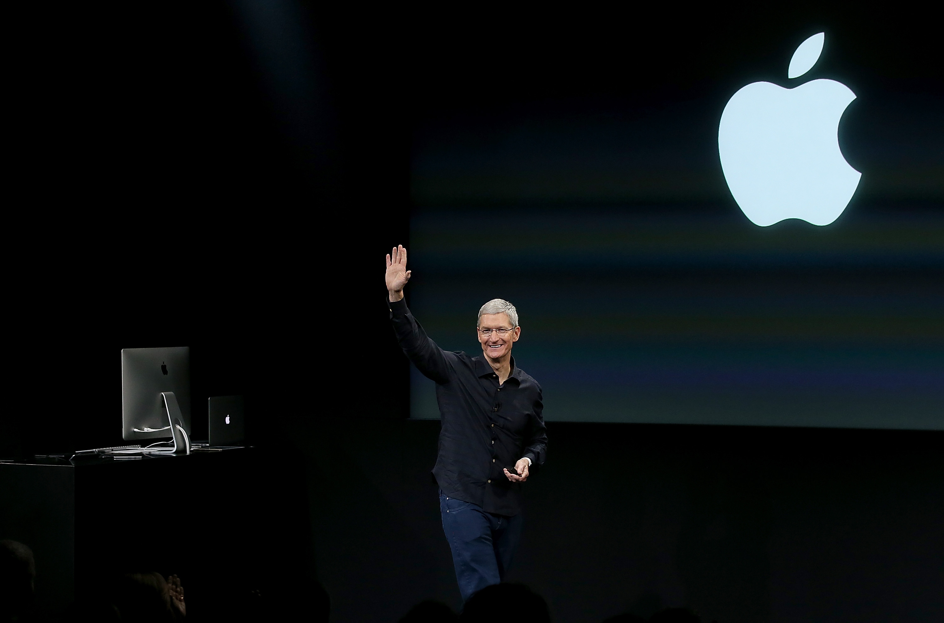 Apple CEO Tim Cook waves during an Apple special event on October 16, 2014 in Cupertino, California.  (Photo by Justin Sullivan/Getty Images)