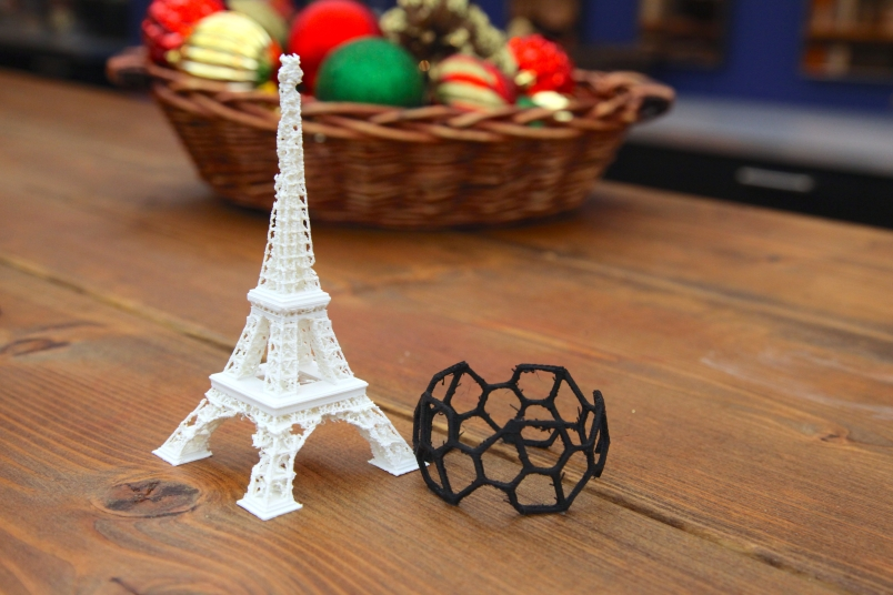 A dainty Eiffel Tower and bracelet did not fare well on the Da Vinci 1.0.